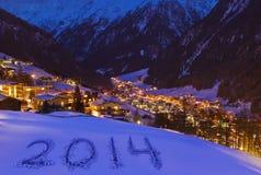 2014 op sneeuw bij bergen - Solden Oostenrijk Stock Foto's
