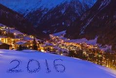 2016 op sneeuw bij bergen - Solden Oostenrijk Stock Fotografie