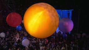 Op sneeuw toon van Slava Polunin de mensen in het publiek toejuichen en op een reusachtige luchtballen werpen stock video