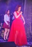 Op stadium, de de groepsgroene munt en de zanger Anna Malysheva van de musici pop-rots Het rode geleide Jazz Rock Girl-zingen Royalty-vrije Stock Foto's