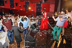 Op stadium, de de groepsgroene munt en de zanger Anna Malysheva van de musici pop-rots Het rode geleide Jazz Rock Girl-zingen Royalty-vrije Stock Foto