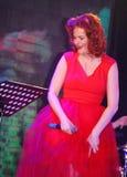Op stadium, de de groepsgroene munt en de zanger Anna Malysheva van de musici pop-rots Het rode geleide Jazz Rock Girl-zingen Stock Foto