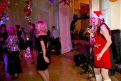 Op stadium, de de groepsgroene munt en de zanger Anna Malysheva van de musici pop-rots Rood Het rode geleide Glam-Rotsmeisje zing Royalty-vrije Stock Foto's