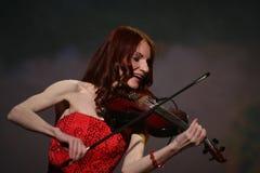 Op stadium - mooi, teer en slank meisje met vurig rood haar - een bekende musicus, virtuoosviolist Maria Bessonova Stock Foto's