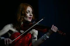 Op stadium - mooi, teer en slank meisje met vurig rood haar - een bekende musicus, virtuoosviolist Maria Bessonova Stock Foto