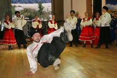 Op stadium zijn dansers en zangers, actoren, refreinlid, dansers van de korpsen DE ballet en solisten van het Kozakensemble stock afbeelding