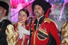 Op stadium zijn dansers en zangers, actoren, refreinlid, dansers van de korpsen DE ballet en solisten van het Kozakensemble Royalty-vrije Stock Foto