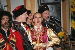 Op stadium zijn dansers en zangers, actoren, refreinlid, dansers van de korpsen DE ballet en solisten van het Kozakensemble Royalty-vrije Stock Afbeelding