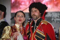 Op stadium zijn dansers en zangers, actoren, refreinlid, dansers van de korpsen DE ballet en solisten van het Kozakensemble royalty-vrije stock afbeeldingen