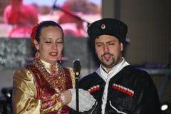 Op stadium zijn dansers en zangers, actoren, refreinlid, dansers van de korpsen DE ballet en solisten van het Kozakensemble stock foto's