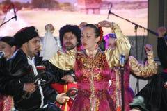Op stadium zijn dansers en zangers, actoren, refreinlid, dansers van de korpsen DE ballet en solisten van het Kozakensemble stock afbeeldingen