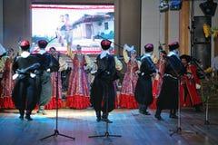 Op stadium zijn dansers en zangers, actoren, refreinlid, dansers van de korpsen DE ballet en solisten van het Kozakensemble stock fotografie