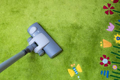 De lente het schoonmaken - op te ruimen stofzuiger Stock Foto