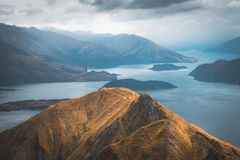 Op top van Roys-Piek, heeft Nieuw Zeeland u een verbazende mening over Meer Wanaka stock foto