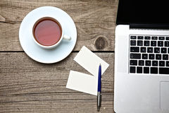 Op uitstekende lijstthee, laptop en adreskaartjes Stock Afbeelding