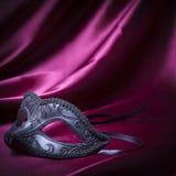 Het masker van Carnaval op de stof van Bourgondië royalty-vrije stock fotografie