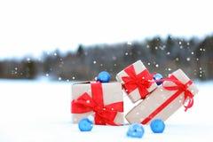 Op van de de doosbal van de sneeuwgift het landschapssneeuwvlok Royalty-vrije Stock Fotografie