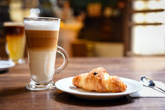 Op van koffie en croissant stock afbeelding