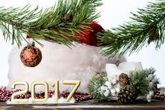 2017 op witte achtergrond met Kerstmisdecoratie en een Kerstmanhoed Stock Fotografie