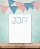 2017 op witte raad en partijvlaggen die op groene muur hangen backgr Stock Foto's