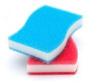 op witte twee keukensponsen in blauwe en rode kleur Stock Afbeeldingen