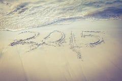 2015 op zand bij strand Stock Afbeelding