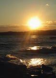 Op zee de zomerzonsondergang Silhouetten bij zonsondergang Royalty-vrije Stock Foto's