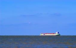 Op zee het schip van de vracht Stock Afbeeldingen