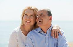 Op zee houdend van eldelry paar op vakantie Royalty-vrije Stock Foto's