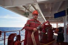 Op zee - September 2018: De bemanning die van het internationale schip maandelijkse brandoefeningsoefening uitvoeren royalty-vrije stock foto