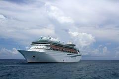 Op zee Verankerd cruiseschip Royalty-vrije Stock Foto's
