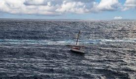 Op zee vissersboot Stock Foto's