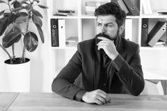 Op zoek naar Inspiratie Gebaarde mens Rijpe hipster met baard Mannetje in bedrijfsbureau Brutale mens Zaken stock foto's