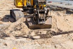 Op zwaar werk berekend, industrieel graafwerktuig bewegend grond en zand op weg Royalty-vrije Stock Fotografie