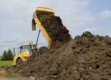 Op zwaar werk berekende stortplaatsvrachtwagen royalty-vrije stock foto