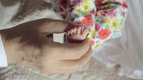 Opa die kleine voet van babykleinkind houden stock video