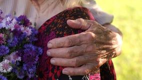 Opa die zijn vrouw, gerimpeld handclose-up koesteren stock footage