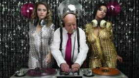 Opa DJ en zijn 2 het dansen gogos stock videobeelden
