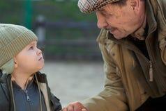 Opa en kleinzoon Stock Fotografie