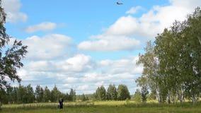 Opa en kleinzoon vliegende vlieger in het platteland stock footage