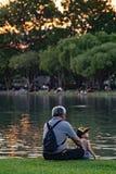 Opa en neef het ontspannen in chatuchakpark Stock Afbeelding