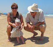 Opa en oma met weinig granddaug stock afbeelding