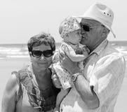 Opa en oma met weinig granddaug royalty-vrije stock afbeeldingen