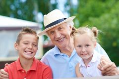 Opa met kinderen Stock Fotografie
