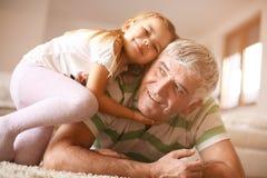 Opa met zijn kleindochter Royalty-vrije Stock Foto's