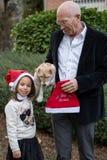 Opa met zijn kleine kleindochter royalty-vrije stock fotografie