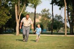 Opa mit Enkellack-läufer Stockfotos
