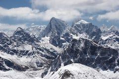 opacifie des montagnes d'horizontal de l'Himalaya au-dessus de neige Image stock