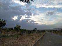 Opacifie des montagnes de ciel d'herbe d'arbres Images libres de droits