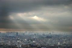 opacifie l'obscurité au-dessus de Paris Photos libres de droits